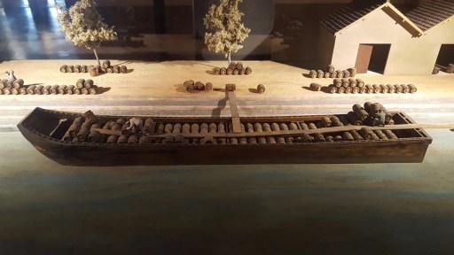 Maquette de bateau chargée de tonneaux - Hameau Dubœuf