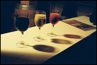 3 verres de vin, un de rouge, un de rosé, un de blanc