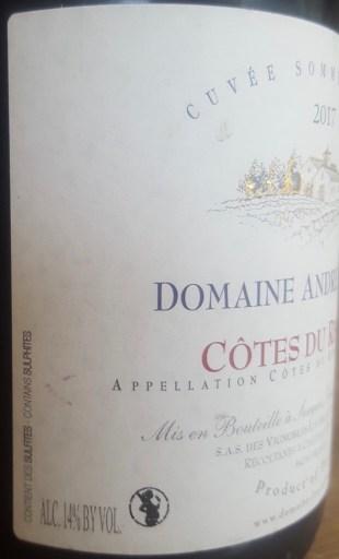 zoom droit sur étiquette vin