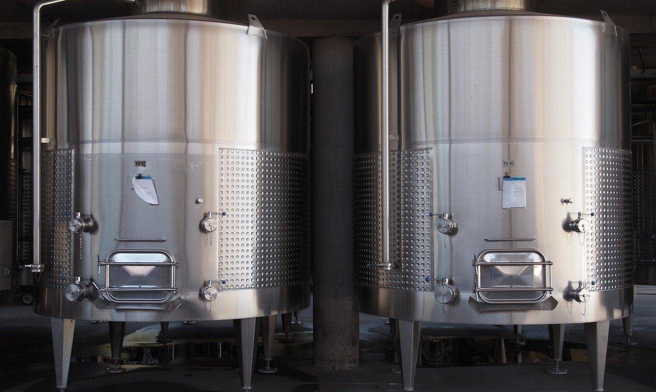 2 cuves inox où on fait du vin