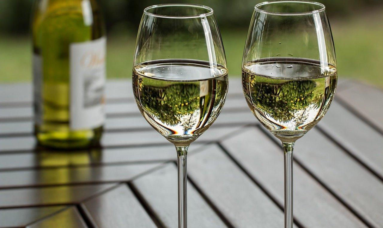 Verres de vin blanc sur une table