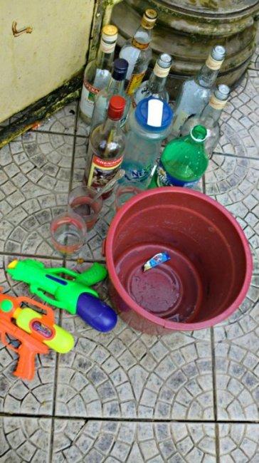 Buhusan starter Pack: Water gun, timba, alak. (c) James Maledeo