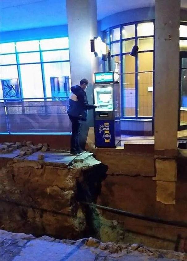 kak snimayut dengi s bankomatov v raznyx stranax mira_vinegret (18)