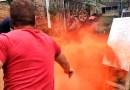 Видео: Баллончик с краской бросают под работающую газонокосилку.