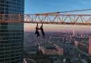 Видео: Руферы покорили одну из башен Москва-Сити и повисли на кране.
