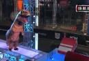 Видео: На одном из американских телешоу участник прошел полосу препятствий в костюме динозавра.