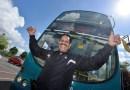Видео: 66-летний дедуля протащил волосами 12-тонный двухэтажный автобус.
