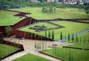 Мемориальный музей в виде разлома в Китае, построенный в память о погибших при землетрясении.
