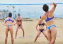 Видео: Мужчины надели женскую форму для пляжного волейбола и сыграли партейку в этот летний вид спорта.