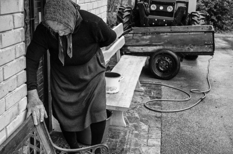 fotograf-pokazala-odin-den-iz-zhizni-svoej-babushki-vinegret-12