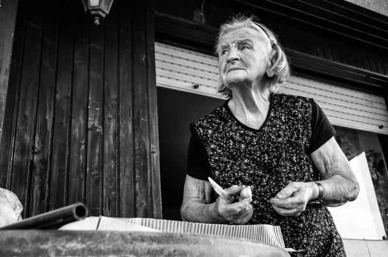 fotograf-pokazala-odin-den-iz-zhizni-svoej-babushki-vinegret-18