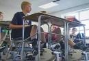 Учительница подложила под каждый стол в классе по велотренажеру, чтобы помочь детям концентрировать свое внимание.