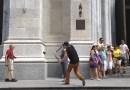 Парень решил неприятно подшутить над туристами Нью-Йорка, обрезав их селфи-палки секатором. [Видео]