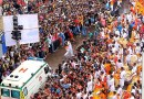 Машина скорой помощи проезжает сквозь толпу во время праздничных гуляний в Индии.