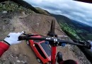 Прохождение велосипедистом сложнейшей горной трассы — съемка от первого лица. [Видео]