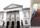Классическая лестница в Национальной галерее искусств в Польше окрашена в разные яркие цвета.