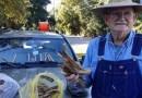 Этот 80-летний мужчина продает дрова для оплаты медицинских счетов своей умершей жены.