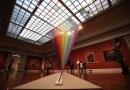 Рукотворная радуга, созданная из тысяч нитей, украсила Художественный музей Толедо.
