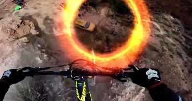 Экстремальная поездка на велосипеде с визуальным эффектом порталов. [Видео]