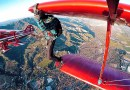 Красивое видео с прогулкой человека по крыльям самолета во время его полета.