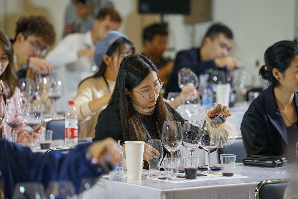 VinexpoShanghai2019_Day3_14 chinese wine drinkers
