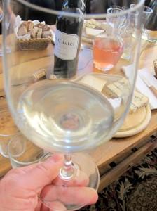 """Лёгкое вино """"Ла Ви"""" (жизнь) - бленд совиньон блан, гевюрцтраминер и шардоне. На столе стоит декантер с розовым. Эти два будущих вина открыли дегустацию. Их планируют бутылировать только в марте-апреле, а к лету они поступят в торгобые сети и рестораны"""