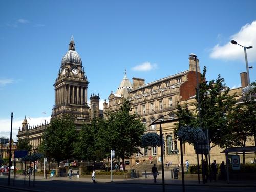 Leeds Town Hall(左)和 Leeds 图书馆(右),Town Hall 就是市政厅