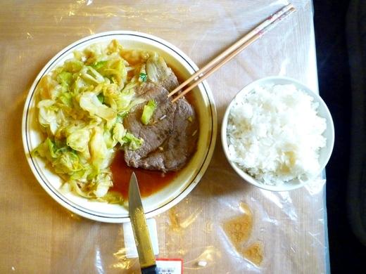 晚餐,这里午餐吃不好,晚餐就要使劲吃。煎的牛排,然后用煎出来的汤炒生菜