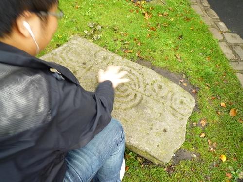 这是在 York 博物馆的庭院里,某同学对着石头施放结界 =_=||