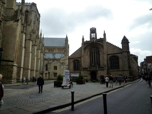 继续向教堂大门走,这是教堂侧面的一个小广场