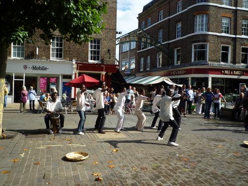 市中心的广场,有非洲艺人在跳舞