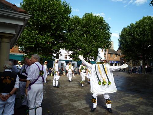 非洲兄弟旁边就是英国老爷爷们的传统舞蹈表演