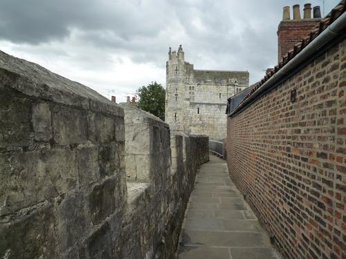 York 的旧城墙,上面很窄