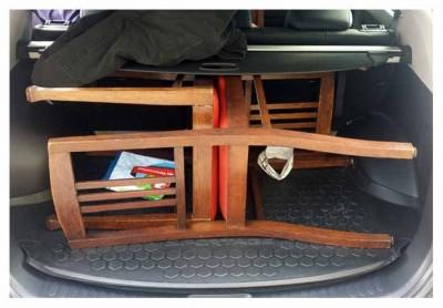 zwei Stühle im Kofferraum eines Autos der Marke KIA