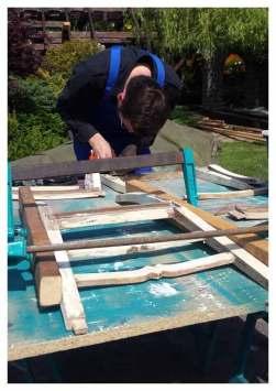Robert beim leimen eines Stuhls