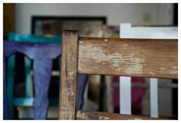 aneinander gereihte Stühle
