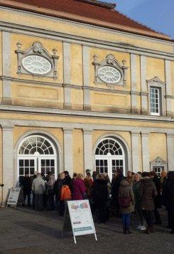 Besucherandrang vor der Eröffnung