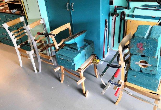 frisch verleimte Stühle in der Trocknung