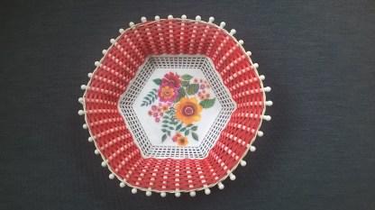 corbeille en scoubidou Plastona couleur rouge forme hexagonale