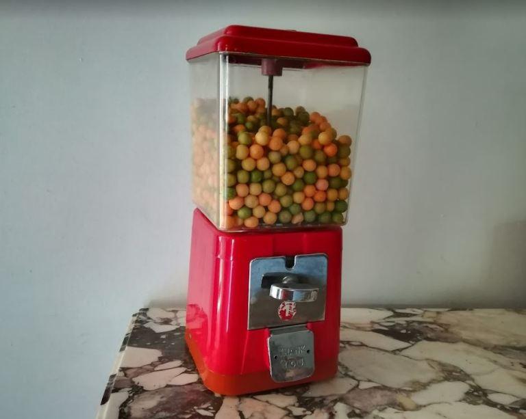 Distributeur de bonbon ou chewing-gum ancien avec monnayeur