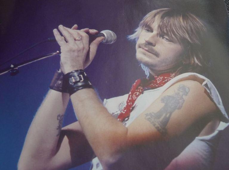 Renaud avec son tatouage et son Bandana rouge pochette intérieure du CD