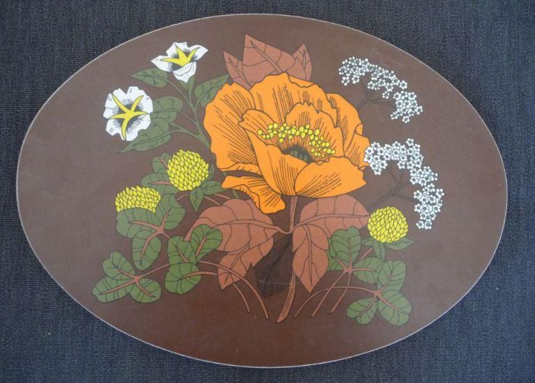 Dessous de plat en formica marron avec des fleurs