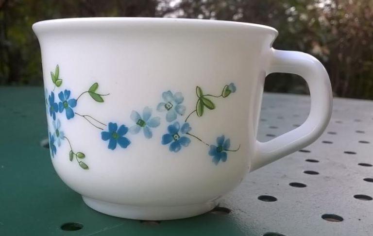 tasse Arcopal vintage Veronica année 70 80 motif myosotis bleu 1981