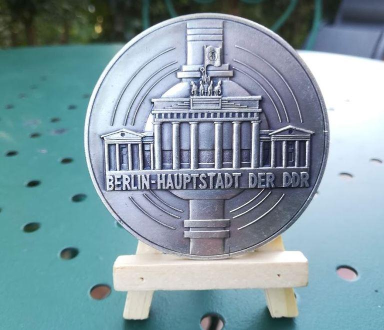"""Médaille de la RDA - Avec la mention """" Berlin Haupstadt der DDR """""""