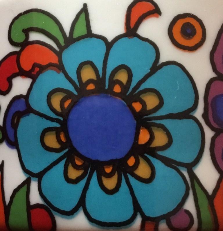 Détail d'une tasse Acapulco Villeroy et Boch fleur bleue mexicaine