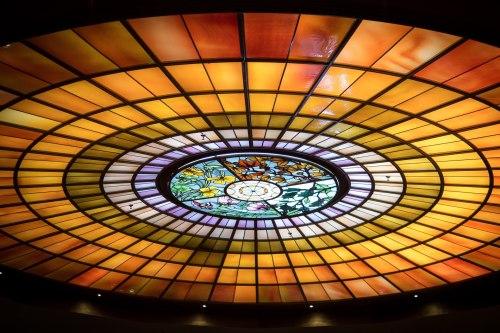 Das Jugendstil-Glasmosaik in der Decke des Foyers. Die vier zentralen Felder stehen für die vier Jahreszeiten.