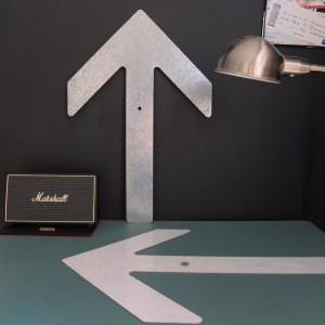 Flèche de signalisation, zinc et peinture blanche.
