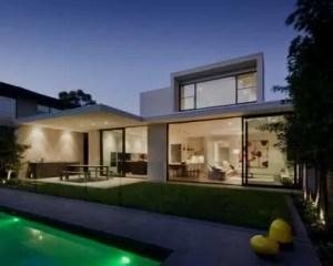 Construcción de vivienda de lujo con piscina
