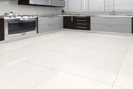 Aplicação de pavimento cerâmico em cozinha.