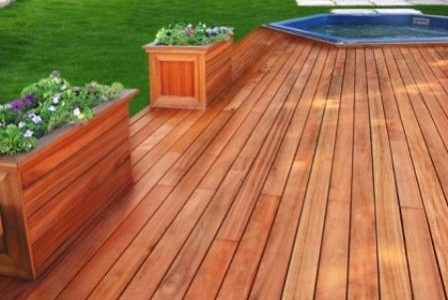 Deck de madeira.